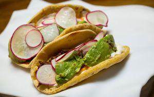 Tacos de carne assada com sour cream, abacate e cheddar