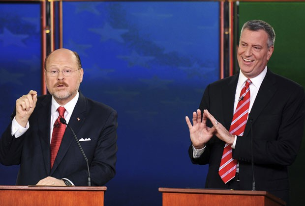 Bill de Blasio (à direita) e Joe Lhota (à esquerda) durante o último debate de candidatos à prefeitura de Nova York no dia 30 de outubro  (Foto: Peter Foley/Reuters)