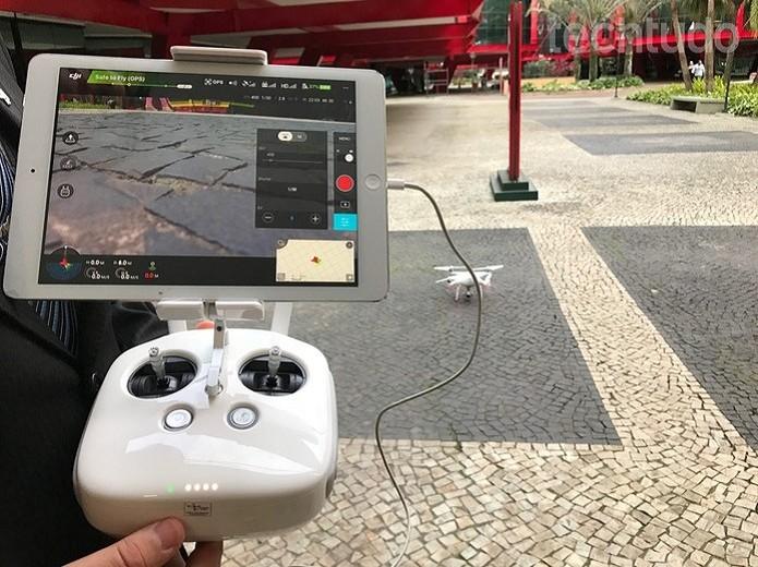 Controle remoto do Phantom 4 é acoplado a um smartphone ou tablet (Foto: Anna Kellen Bull/TechTudo)
