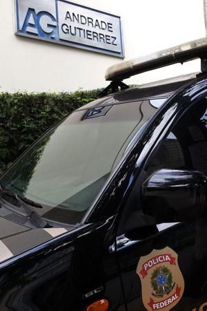 Policiais federais na porta da Andrade Gutierrez em Belo Horizonte, Minas Gerais (Foto: Pedro Ângelo / G1)