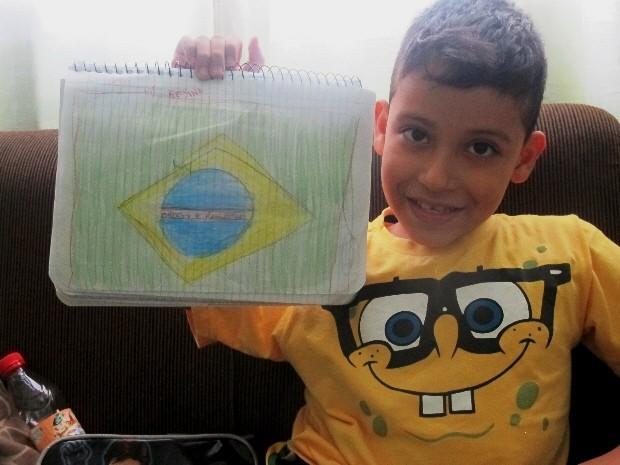 Enzo exibe desenho que fez em homenagem a seleção brasileira (Foto: João Paulo de Castro / G1)