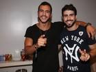 Ex-BBBs Matheus e Juliano Laham curtem show no Rio
