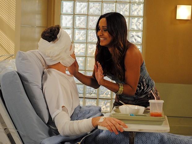 No hospital, Timtim aceita pedido de namoro de Kiko (Foto: Divulgação/TV Globo)