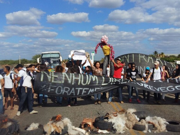 Alunos do IF Sertão PE bloqueiam BR-235, km 22 em Petrolina (Foto: Victor Flores/ arquivo pessoal)