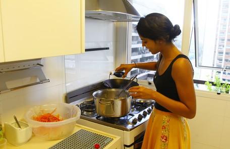 Bela em ação: apresenadora adora cozinhar para a família Marcelo Carnaval