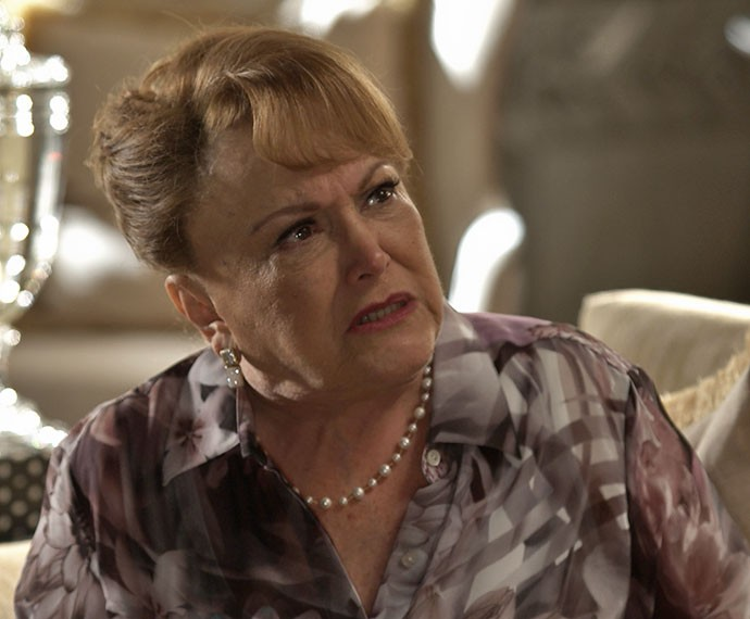 Izabelita confunde Mari e faz pergunta sobre passado de Soraya (Foto: TV Globo)