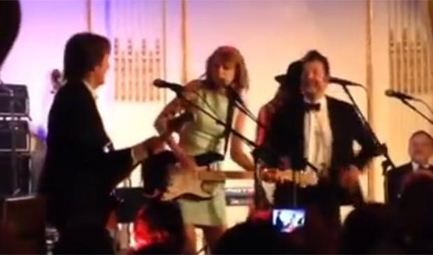 Taylor Swift cantou ao lado de Paul McCarteney. Está bom para você? (Foto: Reprodução)