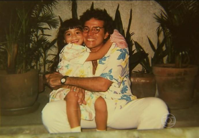Carol Castro abraça seu pai; muita fofura! (Foto: TV Globo)