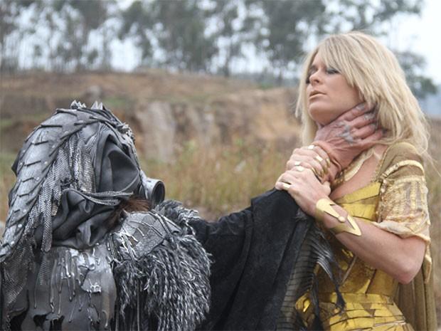 Shelda em ação: o duelo ferrenho entre a agora rainha e o seu eterno arquiinimigo, o vilão Dark Invader (Foto: Parker TV)