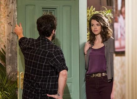 Camila chega de surpresa na casa de Giovanni