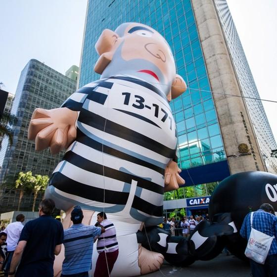 Pixuleco, boneco inflável que representa Lula, volta a SP com grades e seguranças após ser 'esfaqueado' (Foto: Agência O Globo)