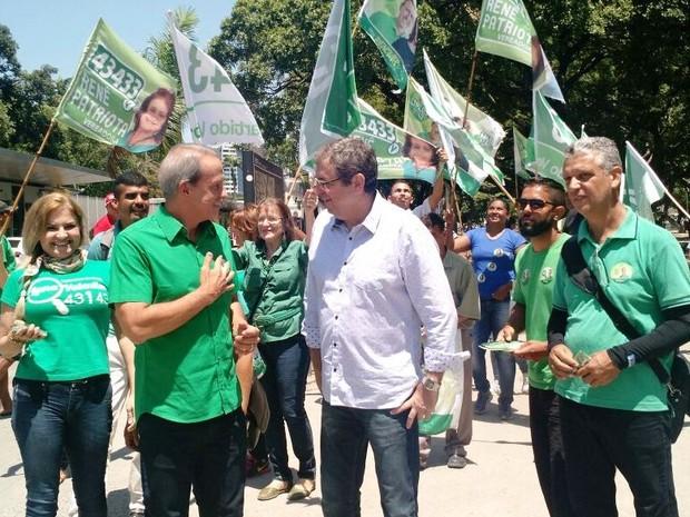Carlos Augusto (PV) panfletou na Praça do Derby (Foto: Penélope Araújo/G1)