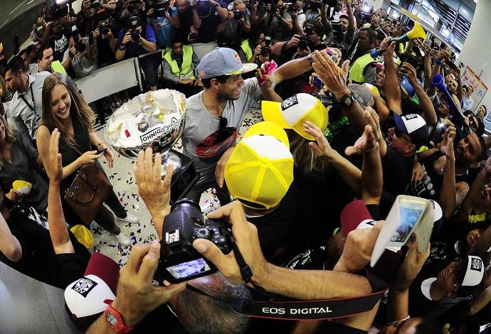 Chegada Adriano de Souza Mineirinho Titulo Mundial desembarque São Paulo (Foto: Marcos Ribolli)