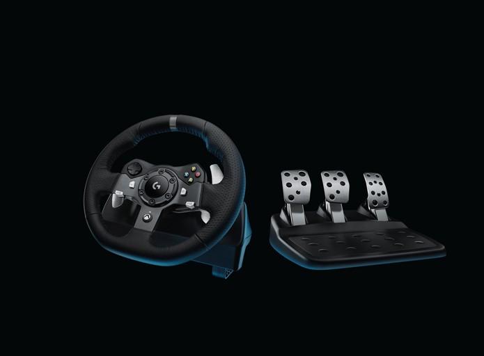 Diferença entre os dois modeloes está apenas nos botões. Versão do PS4 conta com um dial para ajustes de setup do carro durante a corrida (Foto: Divulgação/Logitech)