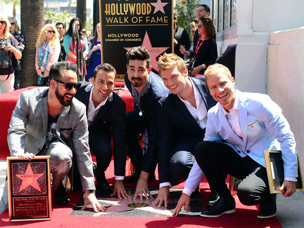 Da esq. para dir., AJ McLean, Howie Dorough, Kevin Richardson, Nick Carter e Brian Littrell, do Backstreet Boys, ganham estrela na Calçada da Fama (Foto: AFP PHOTO/FREDERIC J. BROWN)