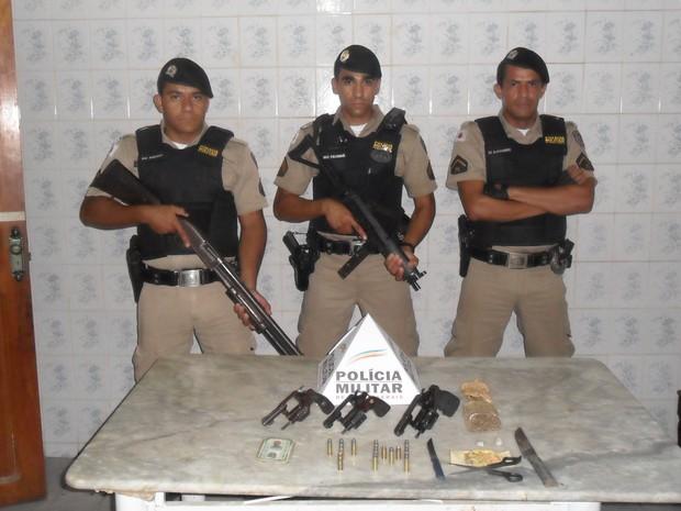 Policiais militares encaminharam todo o material apreendido à delegacia de Almenara. (Foto: Divulgação/PM)
