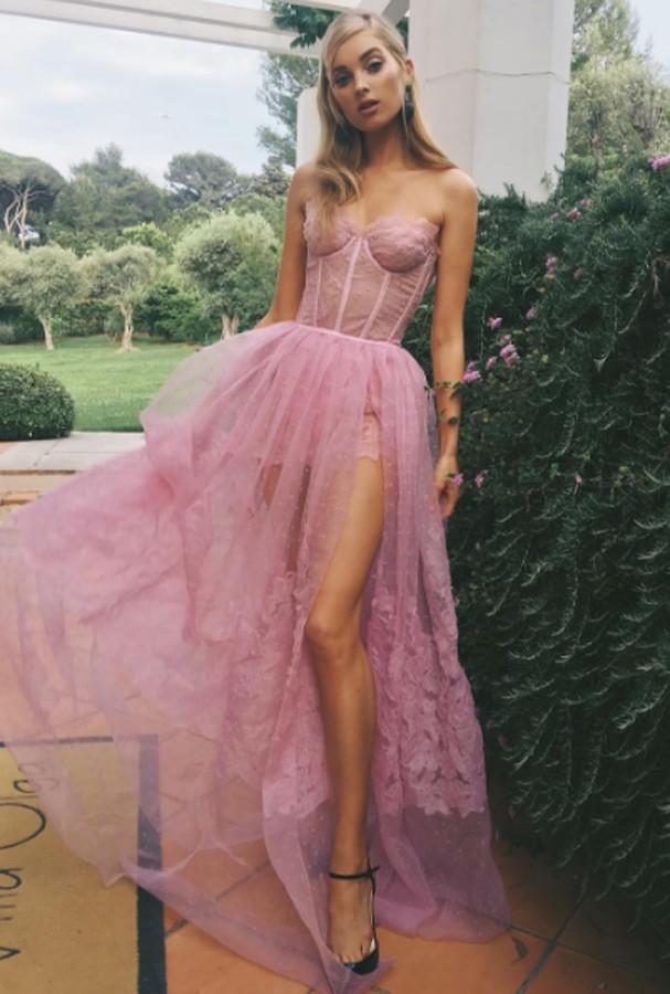 A angel Elsa Hosk usou um modelo princesa, cor-de-rosa com fenda (Foto: Instagram/Reprodução)