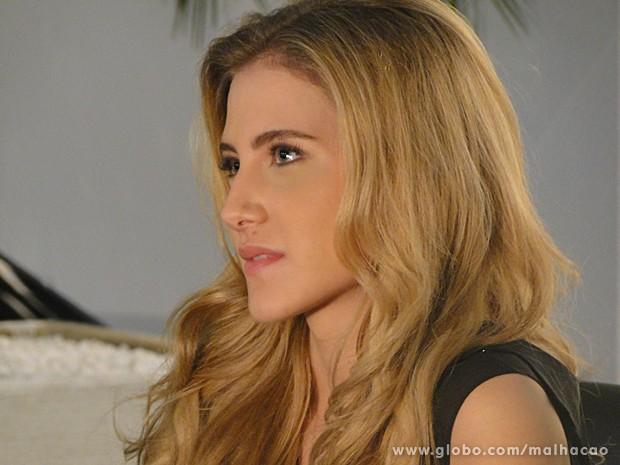 Sofia faz cara de desprezo ao olhar para Ben vestido de garçom (Foto: Malhação / TV Globo)