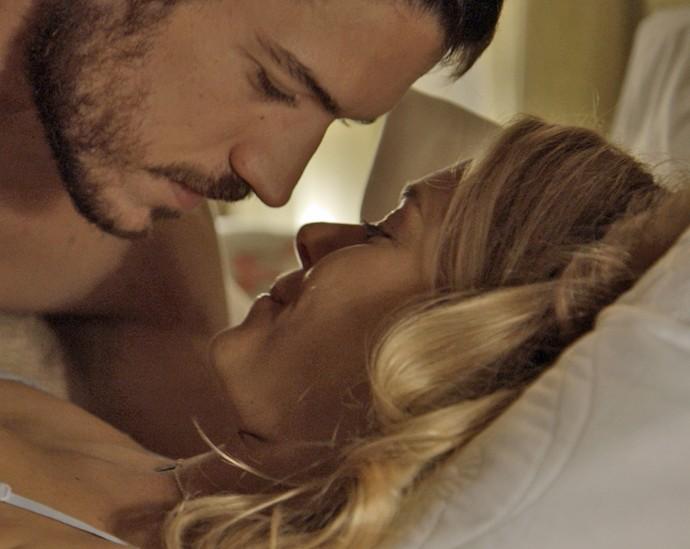 Dante e Lara têm noite de amor (Foto: TV Globo)