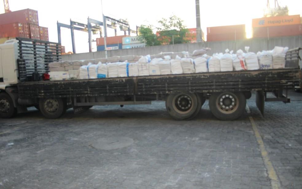 Caminhão que levava droga tinha carga de cebola, segundo a PF (Foto: Divulgação/ PF)