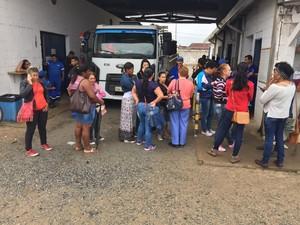 Funcionários estiveram na porta da prefeitura nesta quarta-feira (Foto: Paulo Roberto/Arquivo Pessoal)