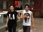 Sophia Abrahão e Fiuk passeiam de braços dados em shopping