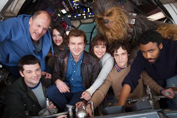 Elenco de 'Han Solo' se reúne para foto dentro do cockpit da Millennium Falcon (Foto: Reprodução/Twitter)