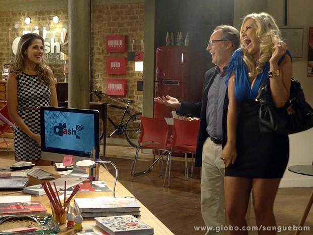 Brunettý convida Tina para dançar com ela no palco (Foto: Sangue Bom/TV Globo)