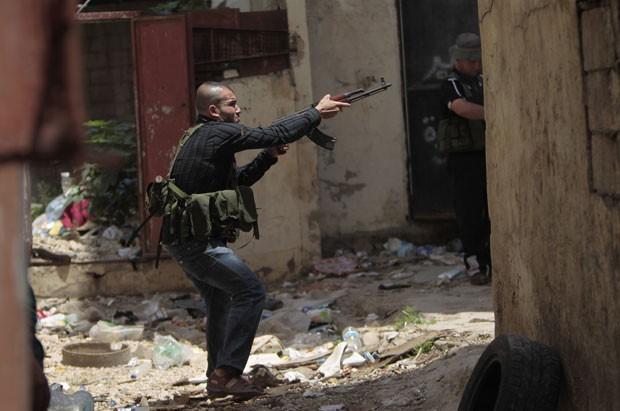 Sunitas armados disparam em rua de Trípoli (Foto: Joseph Eid/AFP)