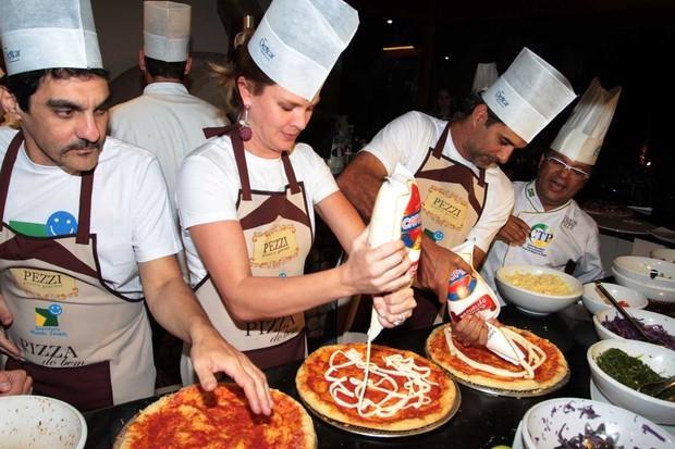 Letícia Birkheuer e Marcos Pasquim fazem pizza (2/12/2012) (Foto: Orlando Oliveira/Agnews)