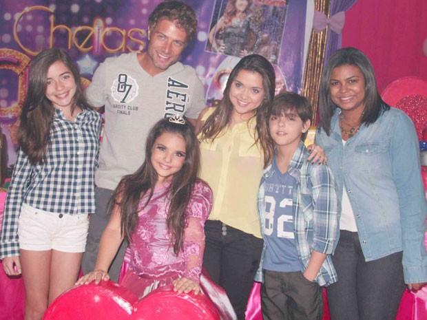 Pablo Bellini, Pollyana Aleixo e Sylvia Nazareth marcaram presença na festa de Bia Passos com o tema Empreguetes (Foto: Cheias de Charme / TV Globo)