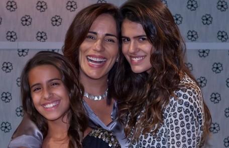 Gloria com as filhas Ana e Antonia Morais nos bastidores da série 'As brasileiras' Ique Esteves/ TV Globo