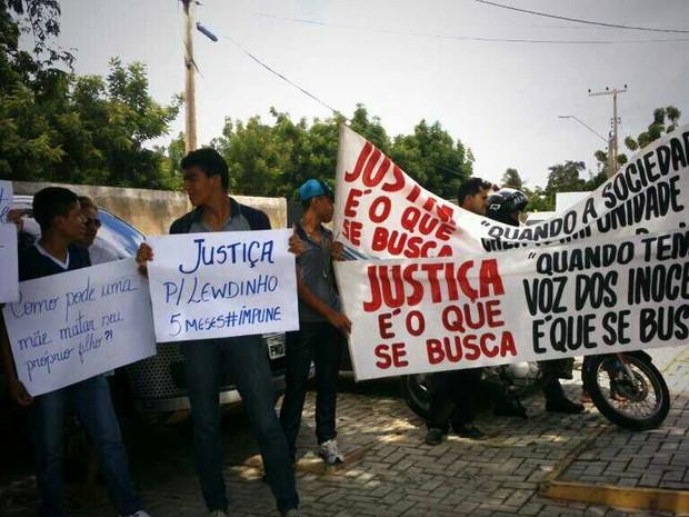 amigos e vizinhos protestam em frente ao 16 DP (Foto: TV Verdes Mares/Reprodução)