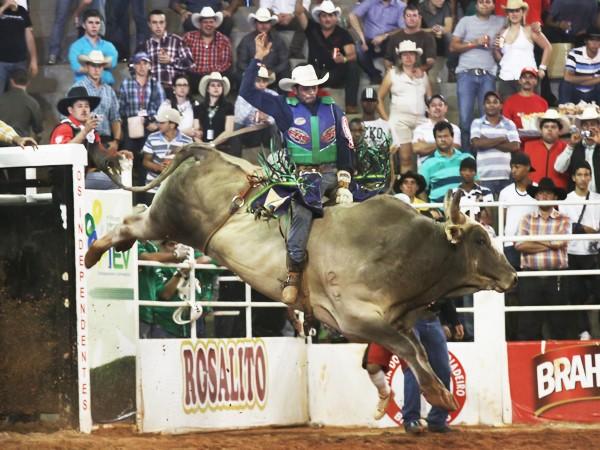 Competidor desafia o touro no primeiro dia do 19º Barretos Internacional  (Foto: Leandro Nascimento)