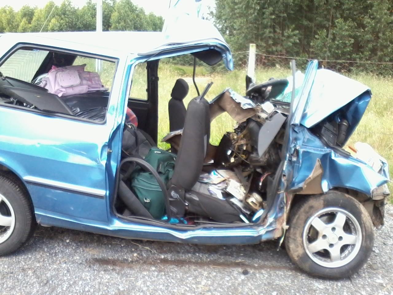 Carro da família ficou destruído após colisão com caminhão. (Foto: Giliardy Freitas / TV TEM)