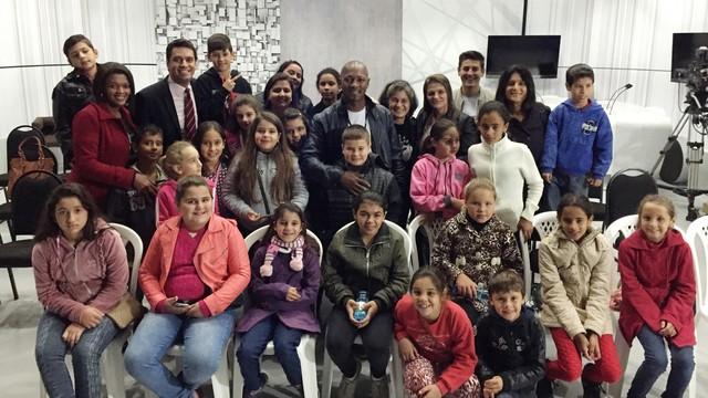 EdSoul e Raphael Faraco registraram visita com os alunos (Foto: RBS TV/Divulgação)