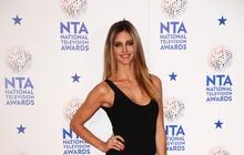 Fernanda Lima usa longo comportado em premiação britânica