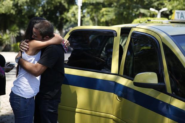 Família chega para cremação do Rian (Foto: Marcos Serra Lima / EGO)