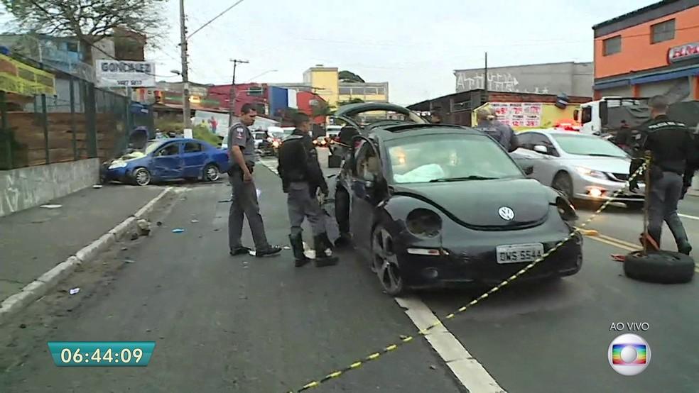 Acidente envolvendo dois carros e um poste na Estrada de Itapecerica, na Zona Sul de SP (Foto: Reprodução/TV Globo)