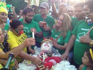 Enterros simbólico da presidente Dilma (Foto: Ellyo Teixeira/G1)