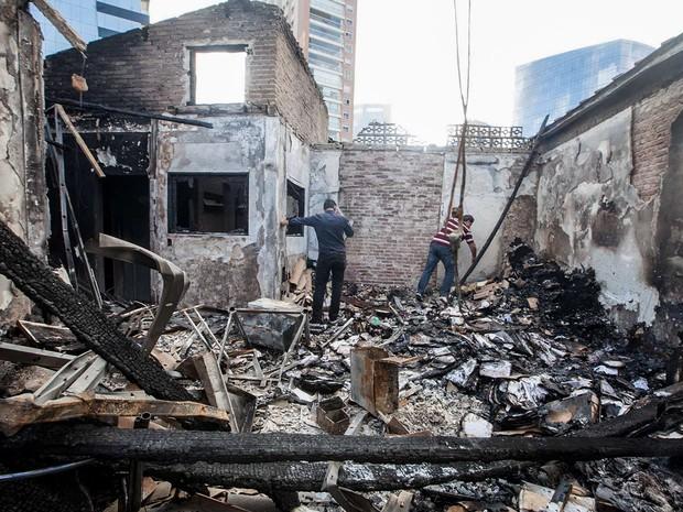 Homens são vistos no escritório da contadora Meire Poza, em São Paulo, que trabalhou para o doleiro Alberto Youssef, delator da Operação Lava Jato. O local foi atingido por um incêndio durante a madrugada e ficou completamente destruído (Foto: Mario Ângelo/Sigmapress/Estadão Conteúdo)