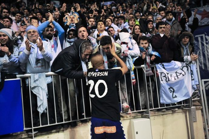 Deyverson do Alaves cumprimenta torcedores do Celta  (Foto: AP/Alvaro Barrientos)