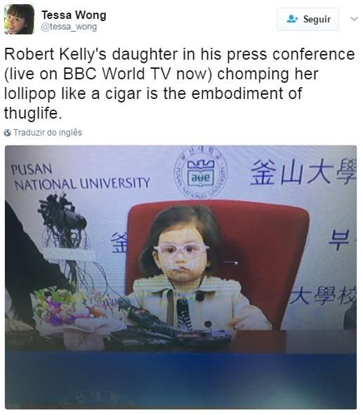 """A filha do Robert Kelly na coletiva de imprensa com seu pirulito na boca como se fosse um cigarro é a personificação da vida bandida""""  (Foto: Reprodução Twitter)"""