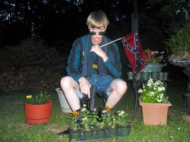 Dylann Roof posa com bandeira confederada  (Foto: Reprodução/BBC)