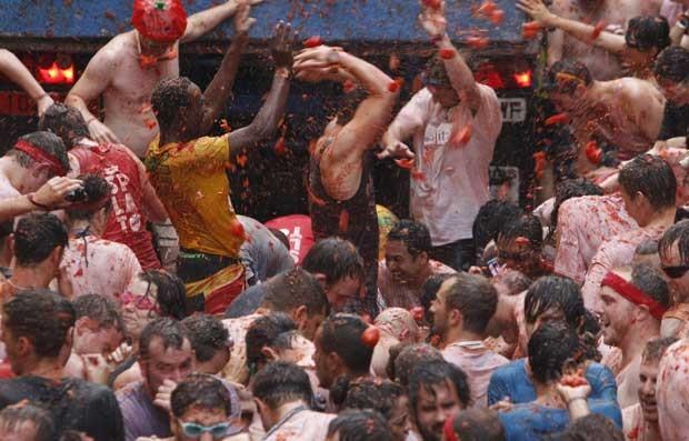 Multidão participa de guerra de tomates na Espanha nesta quarta-feira (28) (Foto: Alberto Saiz/ AP)