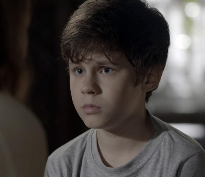 Alex fica assustado com as palavras da mãe (Foto: TV Globo)