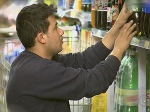 Setor de supermercados contraria crise e mantém contratações em alta (Foto: Reprodução/ TV TEM)