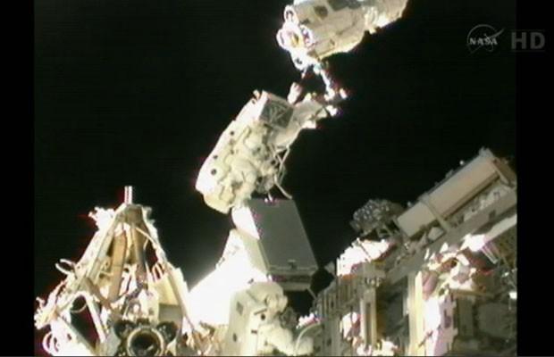 Akihiko Hoshide e Sunita Williams durante a caminhada espacial desta quarta (5) (Foto: Reuters/Nasa TV/Divulgação)