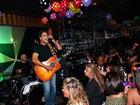 Junno Andrade, namorado de Xuxa, faz show em boate de São Paulo