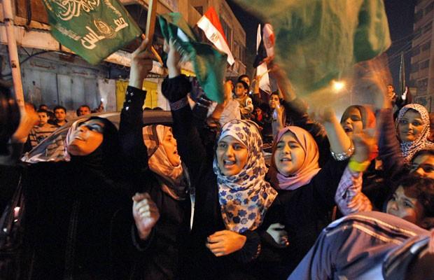 Palestinos comemoram o que dizem ser uma vitória sobre Israel após oito dias de conflito, na Cidade de Gaza, Faixa de Gaza, nesta quarta-feira (Foto: Ahmed Zakot/Reuters)